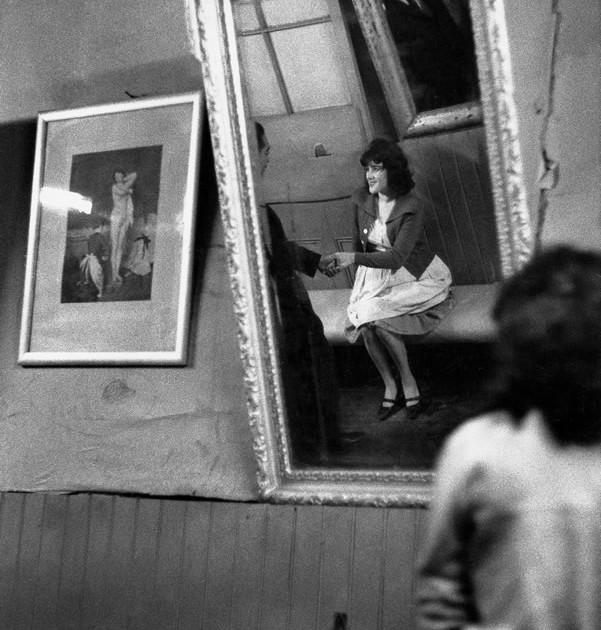 Bar Los Siete Espejos, Valparaíso, Chile, 1963 © Sergio Larrain / Magnum Photos
